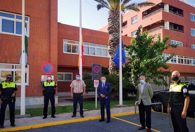 Izado de banderas en el Puerto de Almería