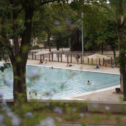 Varios usuarios se quejan del estado de un lago de Barcelona tras sufrir cortes en los pies