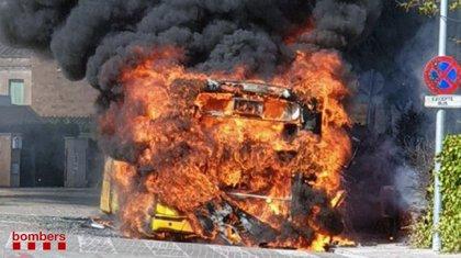 Arde un autobús en la partida de Llívia de Lleida