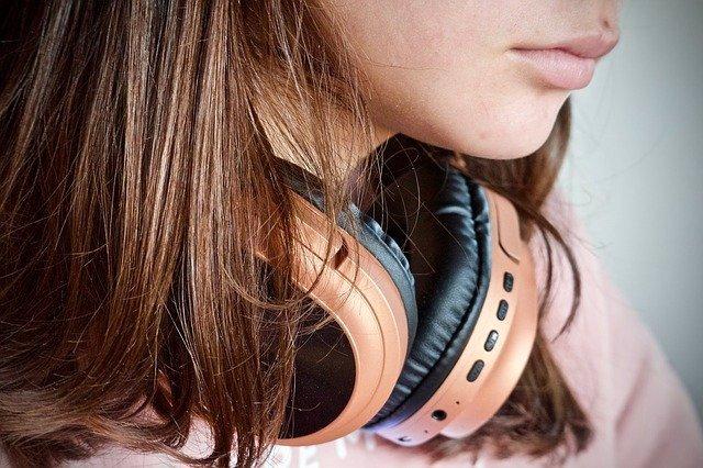 Adolescente con auriculares.
