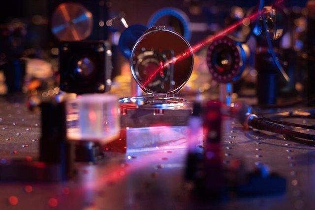 Los investigadores han demostrado una nueva interfaz de materia de luz, al darse cuenta del espejo más ligero posible formado por una monocapa de 200 átomos.