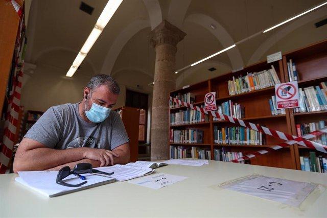Varios usuarios hacen uso de las instalaciones de la biblioteca municipal de Valencia abierta hace un mes tras el parón por el coronavirus, pero en la que sólo desde esta semana, al entrar la Comunidad Valenciana