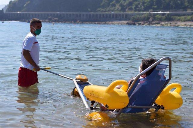 Cruz Roja ofrece el servicio de baño asistido en unas 50 playas por el Covid-19