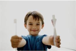 Cepillo de dientes. Niño cepillándose los dientes.