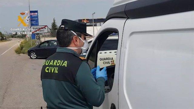 Foto de archivo de un agente de la Guardia Civil en un control.