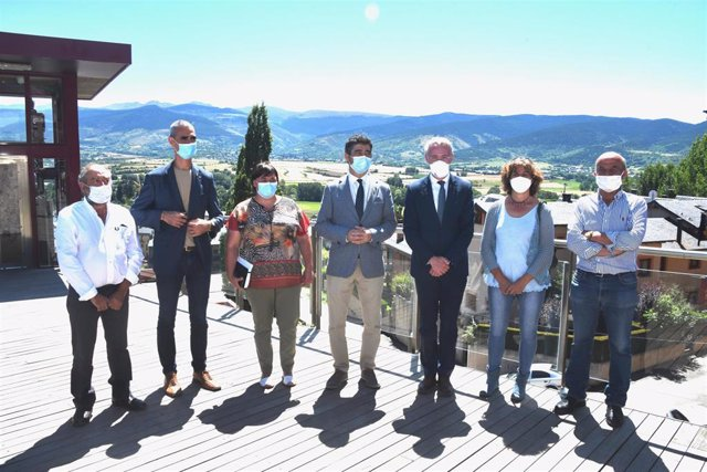 El conseller Jordi Puigneró con los alcaldes de la Cerdanya en la presentación de la nueva red de fibra óptica