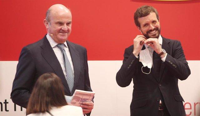El presidente del PP, Pablo Casado, el vicepresidente del BCE, Luis de Guindos  durante la presentación del libro 'El Banco Central Europeo. Propuestas de Reforma' del senador Fernando Martínez-Maíllo. En Madrid, a 17 de julio de 2020.