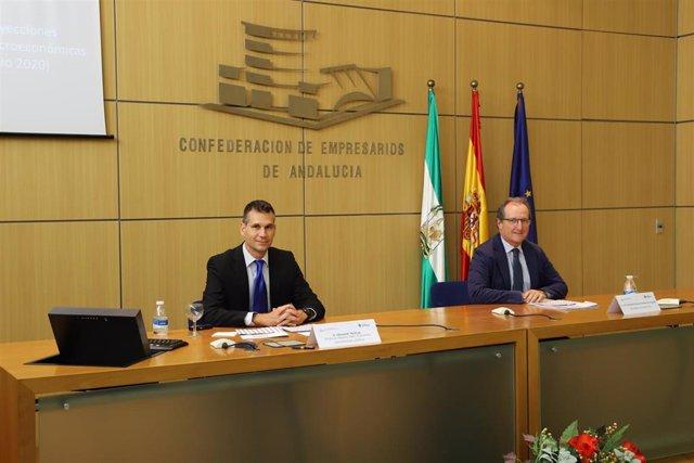 El director del informe Loyola Economic Outlook, el doctor Olexandr Nekhay, y el secretario general de la CEA, Luis Fernández-Palacios, este viernes en la presentación del estudio.