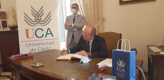 Juan Carlos Campo firma en el libro de honor de la Universidad de Cádiz