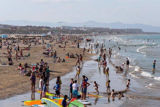 Aglomeración de personas en playa de la Malvarrosa durante la fase 2 de la desescalada en la pandemia de coronavirus COVID19. En Valencia, España, a 3 de junio de 2020.