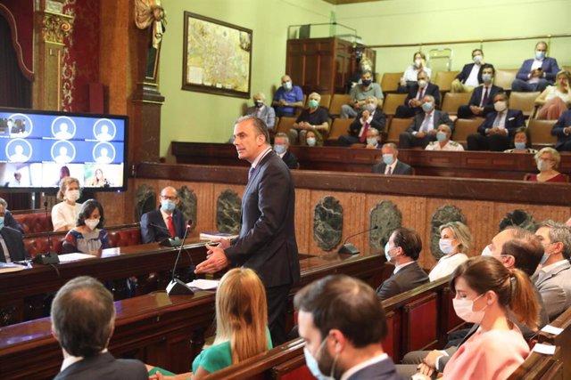 El secretario general de VOX, Javier Ortega Smith, durante su intervención en una sesión extraordinaria del pleno en el Ayuntamiento de Madrid para aprobar los Acuerdos de la Villa.
