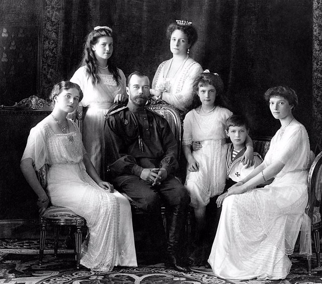 Maria (segunda por la izquierda) y Alexei (segundo por la derecha) Romanov, príncipes de Rusia