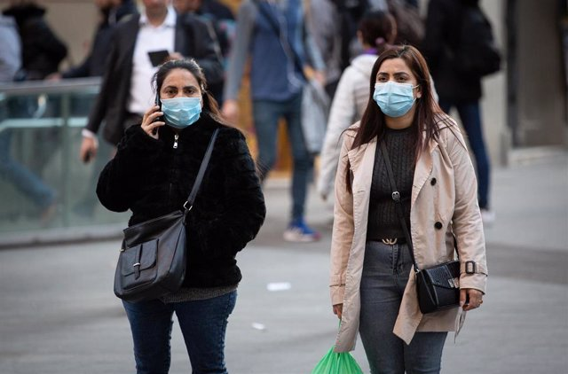 Personas con mascarilla en Barcelona ante el brote de coronavirus