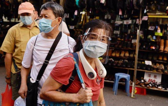 Varias personas con mascarilla por el coronavirus en Hong Kong.