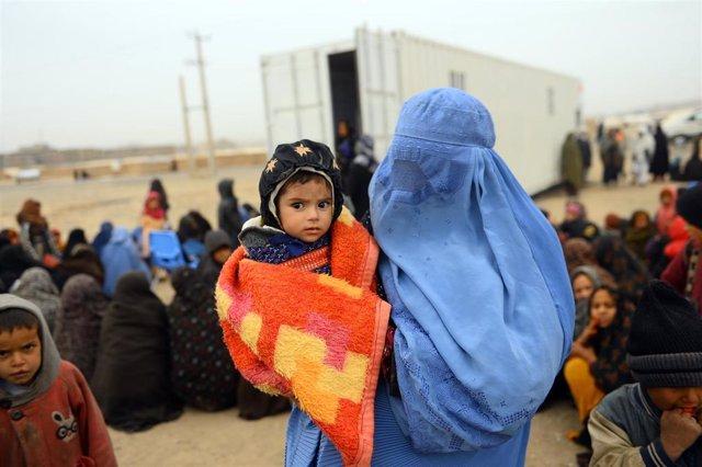 Un niño de ocho meses junto a su madre en Afganistán