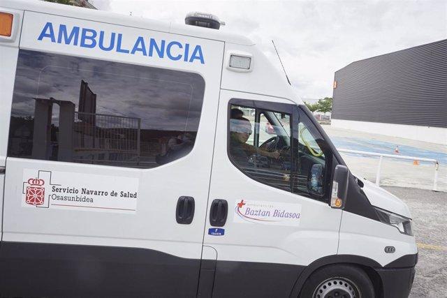 Una ambulancia del Servicio Navarro de Salud en una jornada marcada por la extracción de muestras en el recinto ferial REFENA de Pamplona