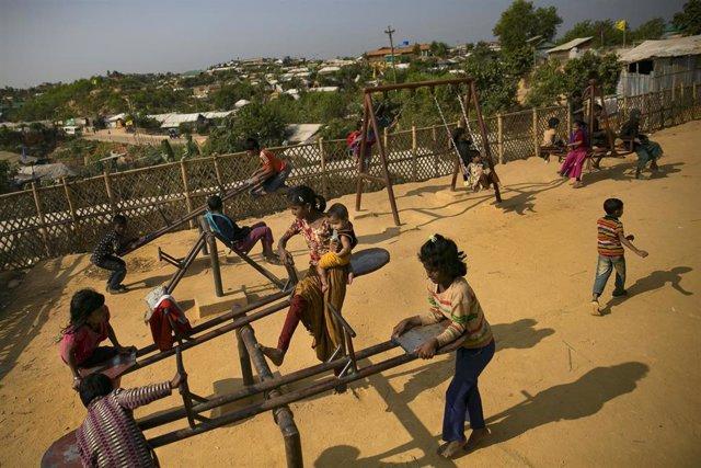 Una zona de juego para niñas en un campo de refugiados rohingyas en Bangladesh
