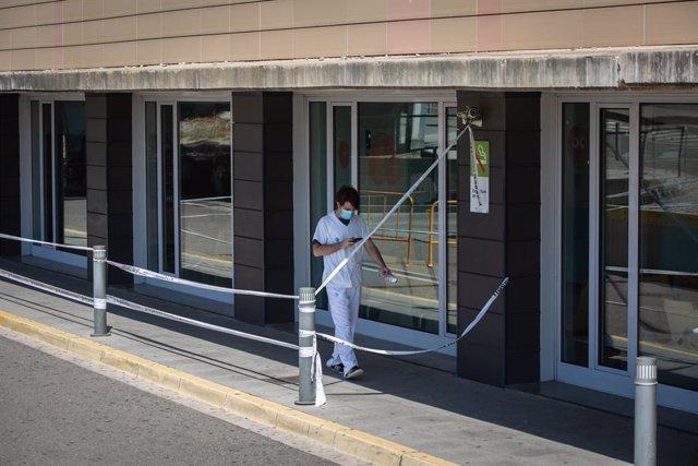 Un sanitari camina per l'exterior de l'Hospital Universitari Arnau de Vilanova de Lleida