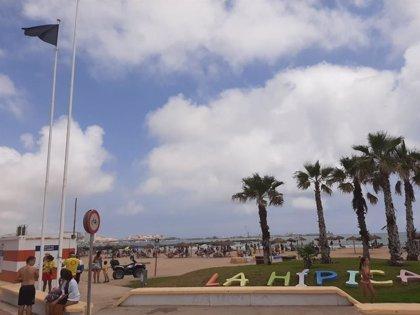 Melilla iza la bandera negra en cuatro de sus playas tras descubrirse un vertido de combustible