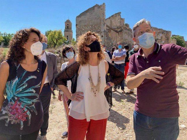 La consellera de Justicia de la Generalitat, Ester Capella, visita el Poble Vell, en Corbera d'Ebre (Tarragona)