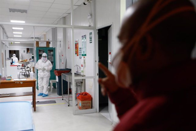 Imagen de un sanitario con un traje protector frente al coronavirus en Lima, Perú.