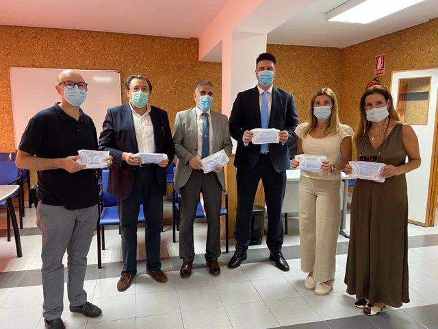 Imagen del acto de entrega de las 8.000 mascarillas donadas al Ayuntamiento de Granada, que destinará a centros cívicos.