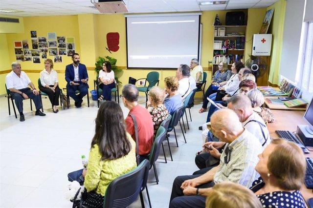 El alcalde de Almería, Ramón Fernández Pacheco, en su visita a la Asociación de Parkinson.