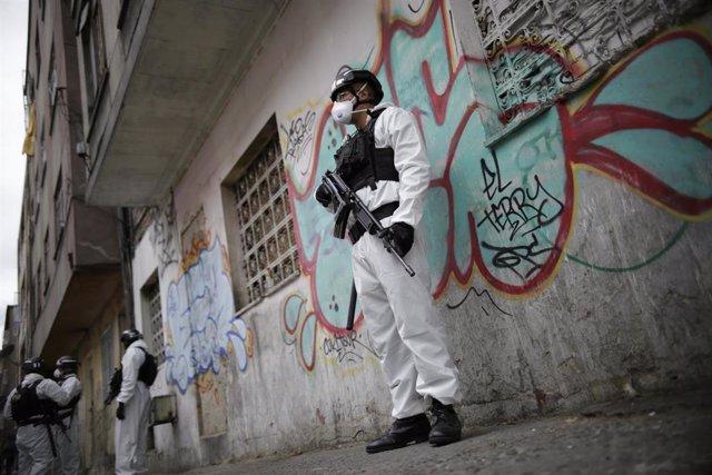 Miembros de la Policía de Colombia con trajes de protección frente al coronavirus.