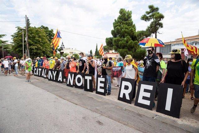 La cabecera de la manifestación contra la visita del Rey en Catalunya este lunes, en L'Espluga de Francolí (Tarragona)