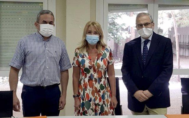 Jaime Gualdrón, Ana Sesé y Jaime Sanaú, firman un convenio entre el Arzobispado de Zaragoza y la Fundación Sesé para colaboran en el desarrollo de programas de asistencia alimentaria.