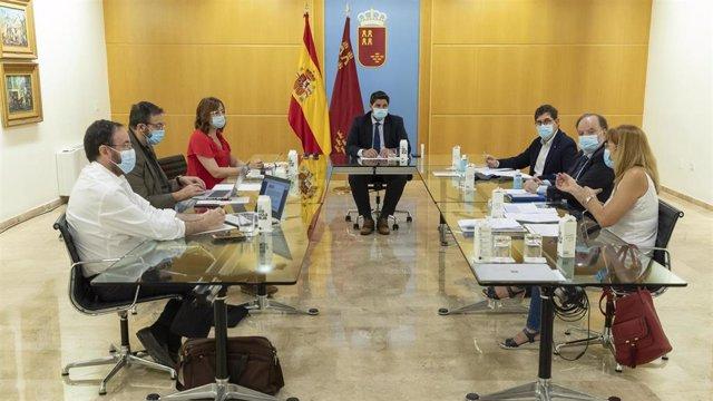 El jefe del Ejecutivo regional, Fernando López Miras, ha presidido esta mañana en el Palacio de San Esteban la reunión del Comité de Seguimiento Covid-19.