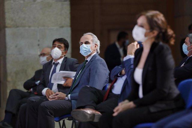 La presidenta de la Comunidad de Madrid, Isabel Díaz Ayuso, y el consejero de Sanidad, Enrique Ruiz Escudero, durante el homenaje organizado por el periódico 'La Razón' al personal sanitario implicado en la lucha contra el COVID-19.