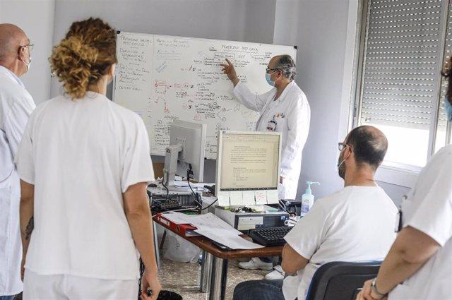Personal sanitario trabaja en en el Hospital Arnau de Vilanova donde hay pacientes infectados con Covid-19, en Valencia, Comunidad Valenciana, (España), a 24 de abril de 2020.