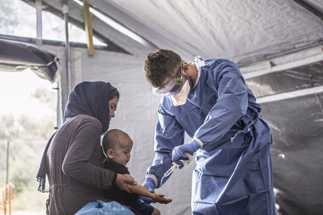 Europa.- MSF urge a Grecia a acabar con el confinamiento de migrantes por el cor