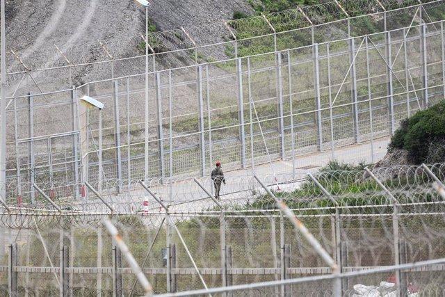 Ejercito patrullando el perímetro fronterizo de España con Marruecos en la frontera de Ceuta, a 16 de abril del 2020