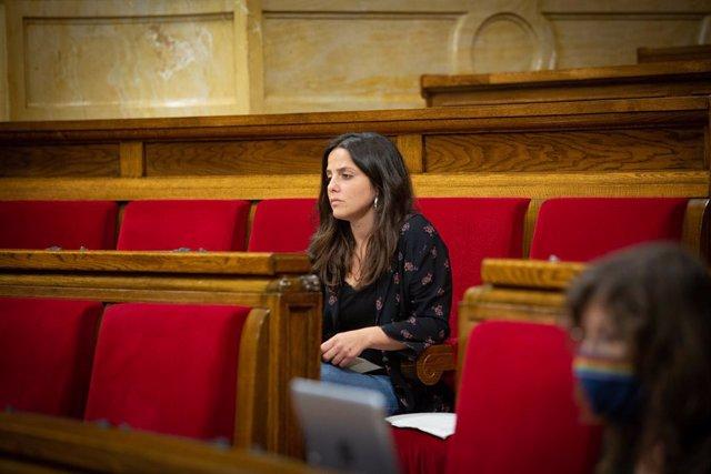 La diputada de CUP, Maria Sirvent, en la segona sessió plenària monogràfica sobre la gestió de les residències durant la pandèmia.