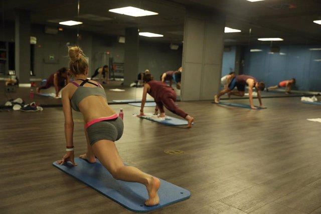 Varias personas realizan ejercicios en una clase de Body Balance en un gimnasio de la cadena O2 en Madrid (España), a 26 de junio de 2020.