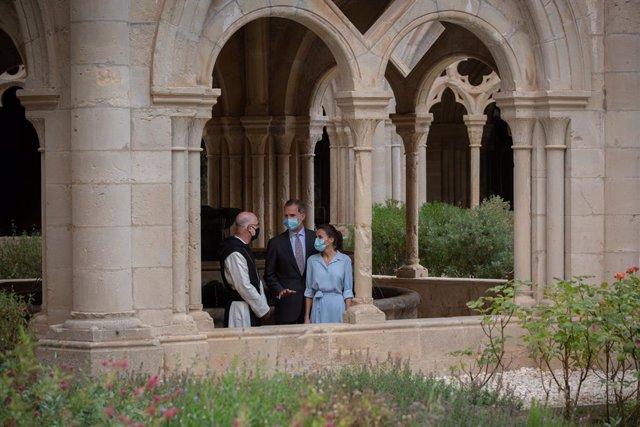 Els reis Felip VI i Letícia parlen amb l'abat Octavi Vilà al Reial Monestir de Santa Maria de Poblet.  Vimbodí i Poblet, Tarragona, Catalunya (Espanya), 20 de juliol del 2020.