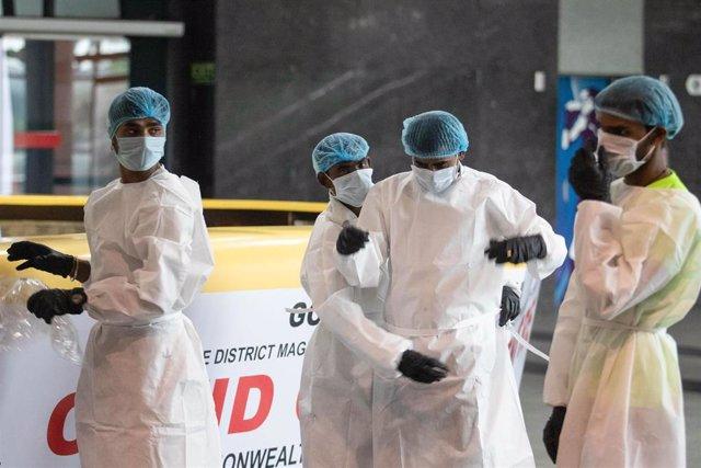 Trabajadores sanitarios en un centro especializado en lucha contra el coronavirus en Nueva Delhi