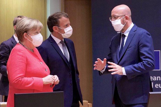 La canciller alemana, Angela Merkel, el presidente francés, Emmanuel Macron, y el presidente del Consejo Europeo, Charles Michel, dialogan durante un momento de la cumbre