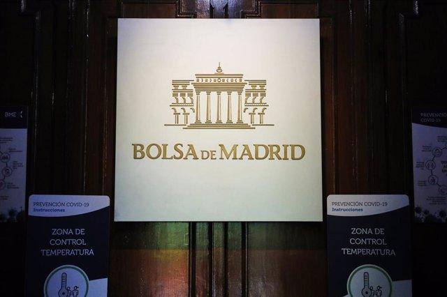 Logo de la Bolsa de Madrid en el interior del Palacio de la Bolsa, en Madrid (España)