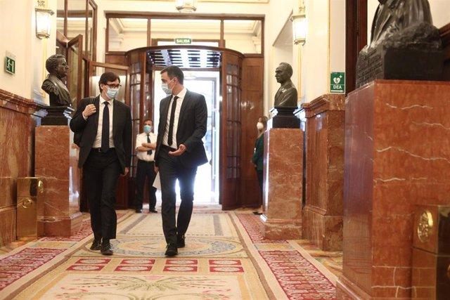 El presidente del Gobierno, Pedro Sánchez, con el ministro de Sanidad, Salvador Illa (Archivo).