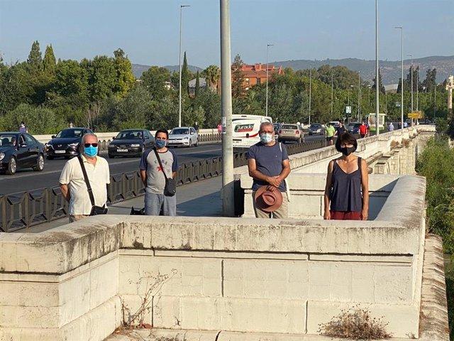 Pernichi (dcha.) con miembros del Consejo de Distrito Sur en el Puente de San Rafael.
