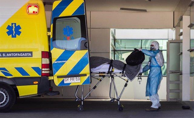 Traslado de un paciente de coronavirus en ambulancia en Chile