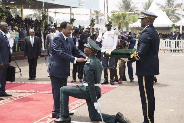 El presidente de Camerún, Paul Biya, condecora a un militar