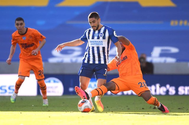 20 July 2020, England, Brighton: Newcastle United's Danny Rose (R) tackles Brighton and Hove Albion's Neal Maupay during the English Premier League soccer match between Brighton & Hove Albion vs Newcastle United at the Amex Stadium