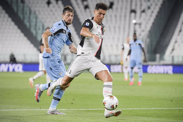 20 July 2020, Italy, Turin: Juventus' Cristiano Ronaldo (R) and Lazio's Francesco Acerbi battle for the ball during the Italian Serie A soccer match between Juventus Turin and Lazio Rome at the Allianz Stadium