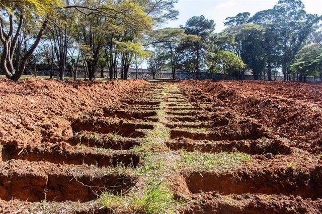 Tumbas excavadas en un cementerio para víctimas del coronavirus en Sao Paulo, Brasil