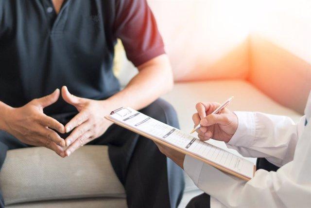 Hombre en la consulta del médico, urólogo, disfunción eréctil