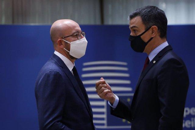 El president del Consell Europeu, Charles Michel, parla amb el cap de l'executiu espanyol, Pedro Sanchez. Brusselles (Blgica), 20 de juliol del 2020.